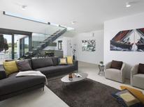 Appartement 1227012 voor 7 personen in Fažana