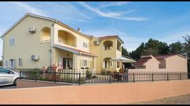 Appartement 1368144 voor 5 personen in Brodarica