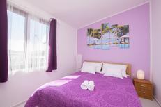 Appartement 1377298 voor 6 personen in Pirovac