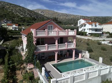 Gemütliches Ferienhaus : Region Trogir für 14 Personen