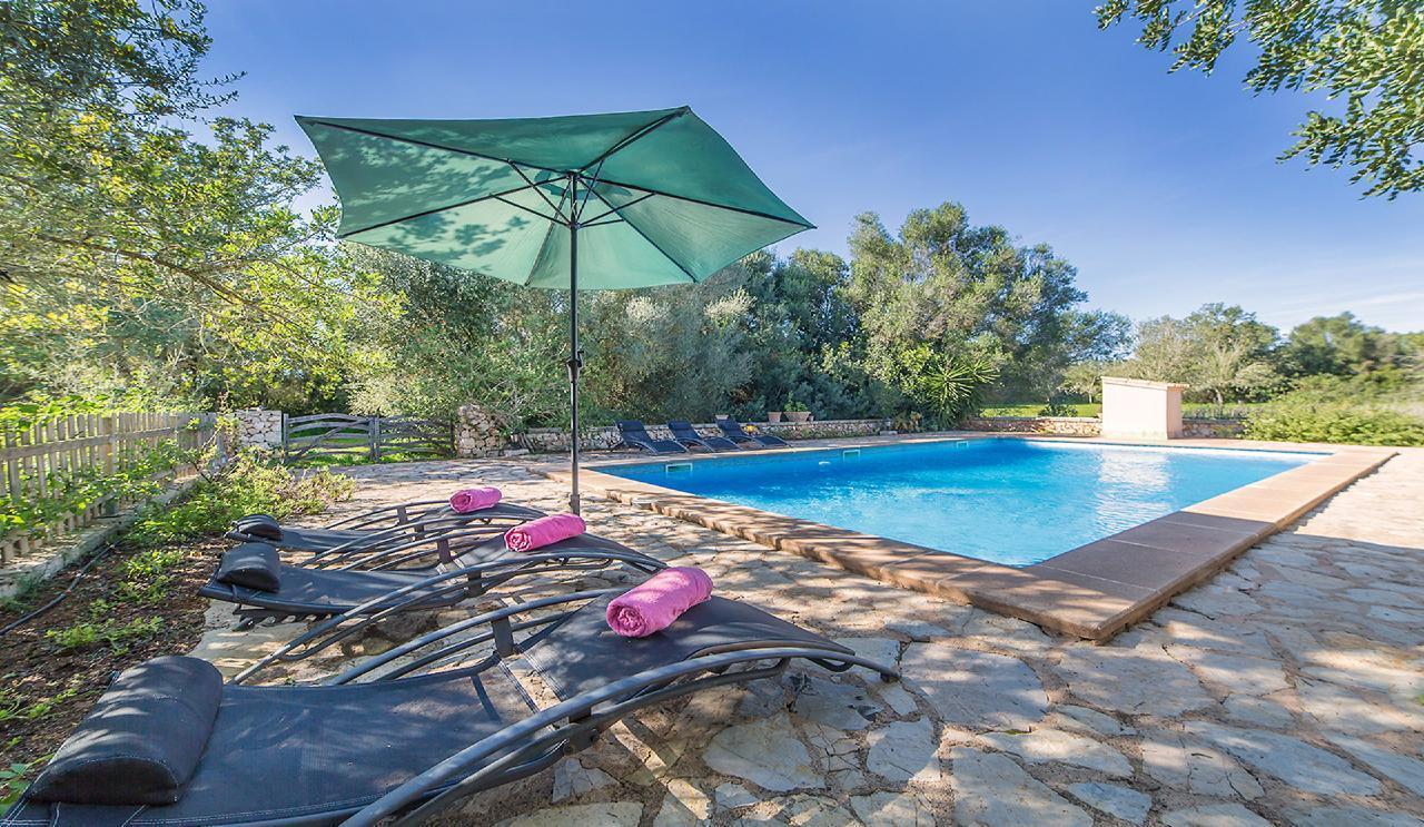 Finca Tomeu mit großem Pool und Poolzaun Typisch mallorquinisches Feriendomizil mit Dachterrasse un