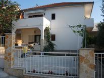 Appartement 699808 voor 5 personen in Karin Gornji