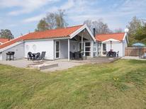 Appartement 811432 voor 6 personen in Lyngsbæk Strand