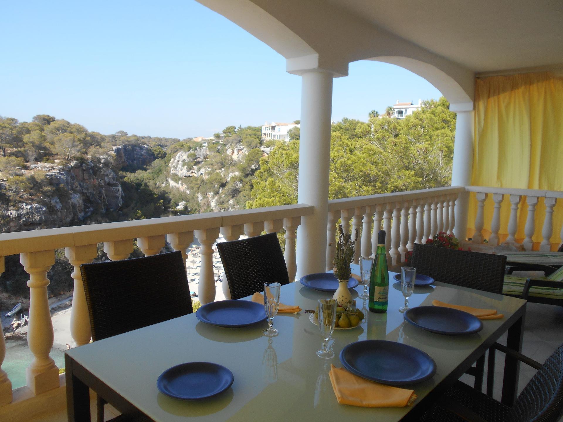 Gemütlich eingerichtetes Ferienhaus mit großem Balkon mit Blick auf das Meer und den Strand